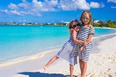 Twee kleine aanbiddelijke meisjes genieten van tropisch strand Royalty-vrije Stock Afbeeldingen