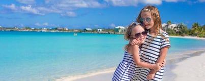 Twee kleine aanbiddelijke meisjes genieten van tropisch strand Stock Afbeelding