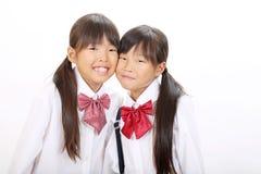Twee kleine Aziatische schoolmeisjes Stock Foto