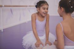 Twee kleine ballerina's die na het dansen les spreken stock foto