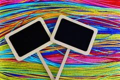 Twee kleine borden met kleurrijke achtergrond stock foto