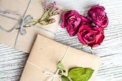 Twee kleine die giften in ecologic document, oude houten witte lijst worden verpakt royalty-vrije stock foto