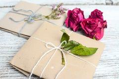 Twee kleine die giften in ecologic document, oude houten witte lijst worden verpakt royalty-vrije stock foto's