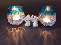 Twee kleine engelen en theelichten voor Kerstmis Royalty-vrije Stock Foto