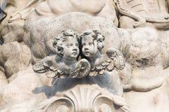Twee kleine engelen met vleugels maar geen organismen Stock Foto's