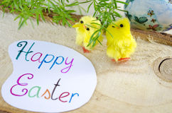 Twee kleine gele kippen en een Gelukkige Pasen-kaart Royalty-vrije Stock Foto