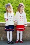 Twee kleine gelukkige meisjes in haven Stock Afbeelding