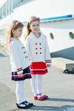 Twee kleine gelukkige meisjes in haven Stock Foto