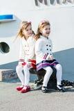 Twee kleine gelukkige meisjes in haven Stock Foto's
