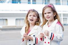 Twee kleine gelukkige meisjes in haven royalty-vrije stock foto's