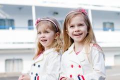 Twee kleine gelukkige meisjes in haven royalty-vrije stock fotografie