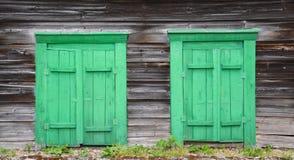 Twee kleine groene dorpsvensters stock foto