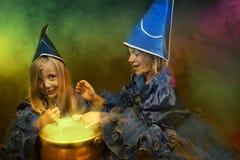 Twee kleine Halloween heksen Royalty-vrije Stock Foto's