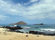 Twee kleine Hawaiiaanse eilanden die van het strand worden gezien Royalty-vrije Stock Afbeelding