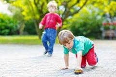 Twee kleine jong geitjejongens die met autospeelgoed spelen Royalty-vrije Stock Foto