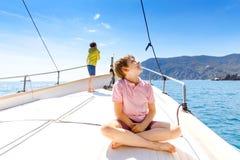 Twee kleine jong geitjejongens, het beste vrienden genieten die rondvaart varen Familievakanties op oceaan of overzees op zonnige royalty-vrije stock foto