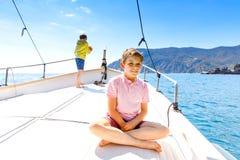 Twee kleine jong geitjejongens, het beste vrienden genieten die rondvaart varen Familievakanties op oceaan of overzees op zonnige royalty-vrije stock foto's