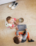 Twee kleine jonge geitjes die bij vloer en het trekken zitten Royalty-vrije Stock Fotografie
