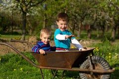 Twee kleine jongens in de tuin Stock Afbeeldingen
