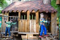 Twee kleine jongens die samen en pret spelen hebben Het ogenblik van de levensstijlfamilie van siblings op speelplaats De jonge g royalty-vrije stock afbeelding