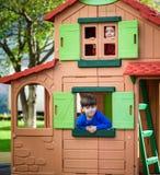 Twee kleine jongens die samen en pret spelen hebben Het ogenblik van de levensstijlfamilie van siblings op speelplaats De jonge g royalty-vrije stock foto