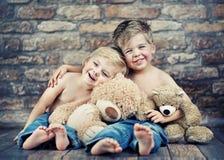 Twee kleine jongens die van hun kinderjaren genieten stock afbeelding
