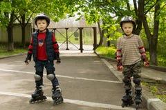 Twee kleine jongens kitted uit voor rol het schaatsen Royalty-vrije Stock Foto
