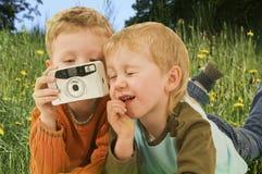Twee kleine jongens met camera Stock Afbeeldingen