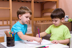 Twee kleine Kaukasische vrienden die met veel kleurrijke plastic blokken spelen binnen Actieve jong geitjejongens, siblings die p Stock Fotografie