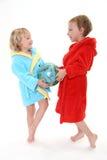 Twee kleine kinderen in badjas Stock Foto