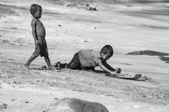 Twee kleine kinderen van het dorp Lamalera Stock Afbeeldingen