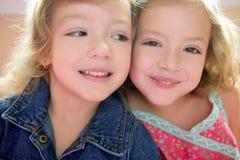 Twee kleine mooie peuter tweelingzusters Stock Afbeelding