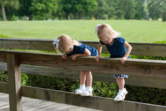 Twee kleine tweelingmeisjes Stock Afbeelding