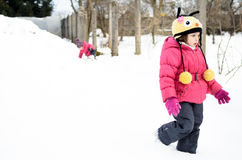 Twee kleine tweelingmeisjes spelen in de sneeuw Royalty-vrije Stock Afbeeldingen