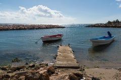 Twee kleine vissersboten in de haven Stock Foto