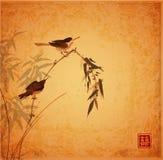 Twee kleine vogels die op bamboetak zitten op uitstekende achtergrond Traditionele oosterse inkt die sumi-e, u-zonde, gaan-hua sc royalty-vrije illustratie
