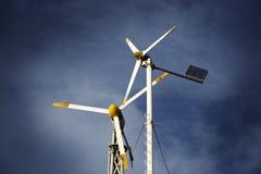 Twee kleine windturbines Royalty-vrije Stock Afbeeldingen