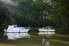 Twee kleine witte motorboten op BaÅ¥a-Kanaal in zonnige de zomerdag, Moravië, Tsjechische Republiek royalty-vrije stock afbeeldingen