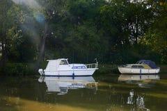 Twee kleine witte motorboten op BaÅ¥a-Kanaal in zonnige de zomerdag, Moravië, Tsjechische Republiek stock foto