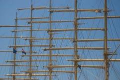 Twee kleine zeelieden die de scharnier beklimmen Royalty-vrije Stock Foto's