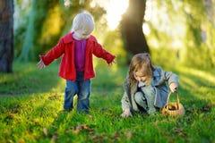 Twee kleine zusters die buiten spelen Stock Afbeelding