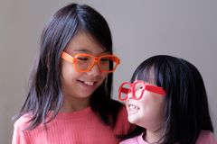 Twee kleine zusters met grote oogglazen stock foto's