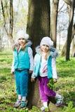 Twee kleine zusters in park Stock Fotografie
