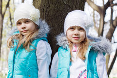 Twee kleine zusters in park Stock Foto
