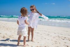 Twee kleine zusters in witte kleren hebben pret bij Stock Foto
