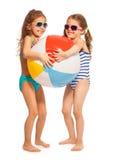 Twee kleine zwemmers die grote wind-bal vangen Stock Foto