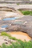 Twee kleurenwater in het gat van rots Royalty-vrije Stock Foto's