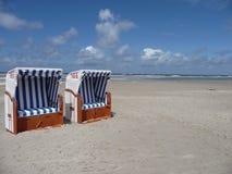 Twee kleurrijke beachchairs op het eiland van amrum Stock Foto's