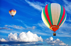Twee kleurrijke hete luchtballon op blauwe hemel Stock Afbeelding