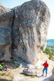 Twee klimmers leiden op Stock Afbeeldingen